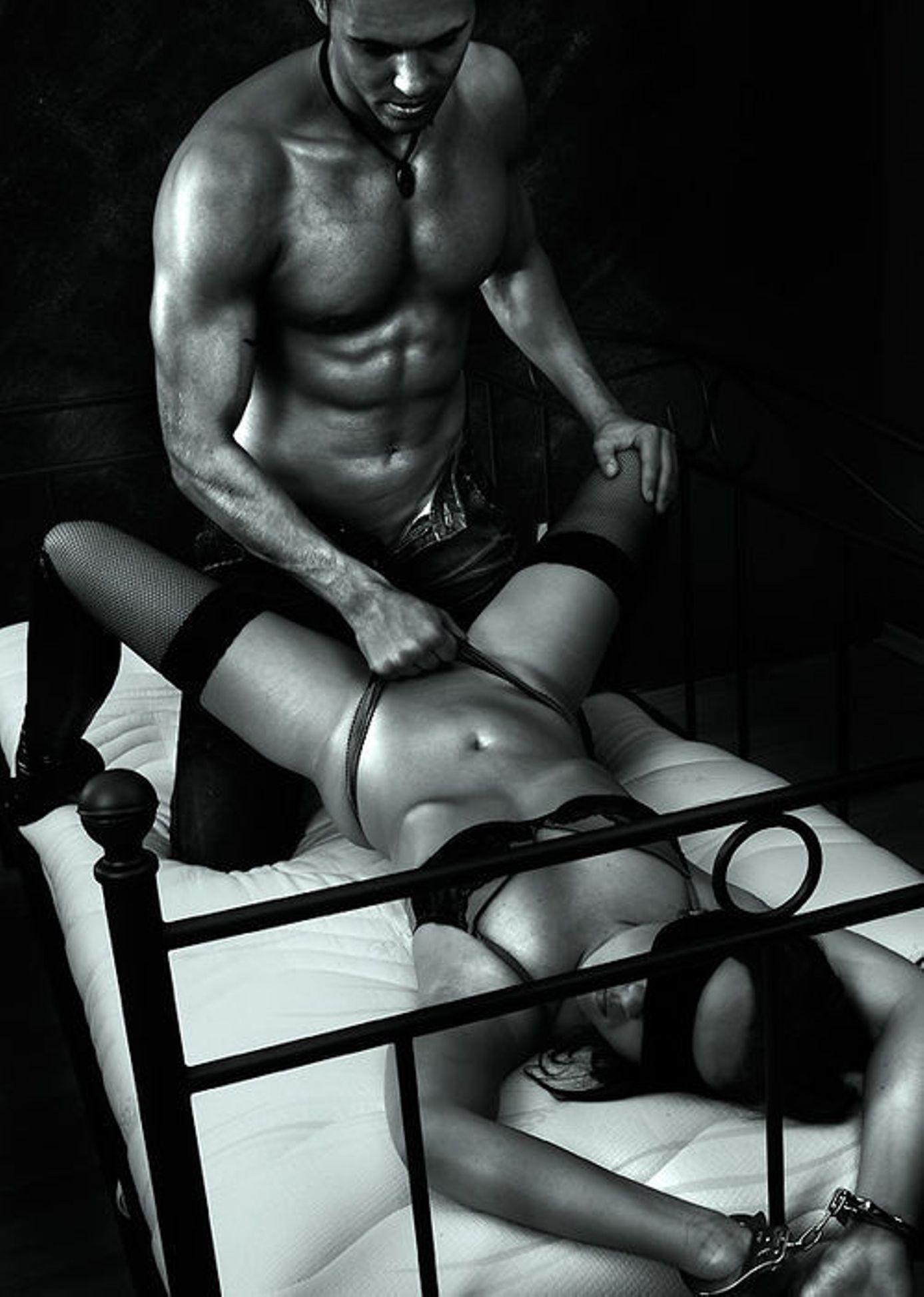 Фото девушки прикованной к кровати наручниками 1 фотография